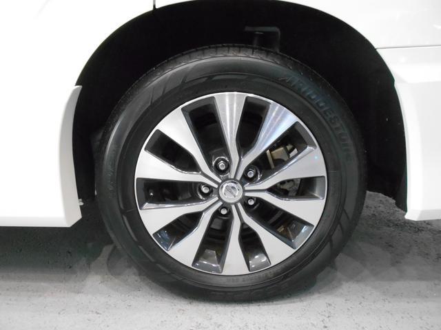 メーカーオプションのスタイリッシュな16インチアルミホイールです!元試乗車なので走行距離も少なく、タイヤの溝もタップリ残っていますよ!これからドンドン使っていただけます!!