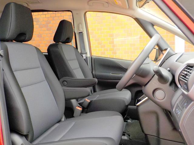 ロングドライブの疲労感を抑えるゼログラビティシート(スパイナルサポート機能付きシート)です。中折れ形状の背もたれパッドを、運転席・助手席と2列目左右シートに採用しました。