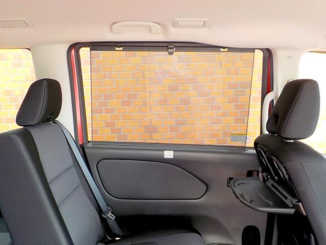 セカンドシート用とサードシート用のパーソナルテーブルや、日差しが眩しい時に二列目用にサッと取り出せるロールサンシェードが付いております!充電用のUSB端子も車内に5つ付いています!!