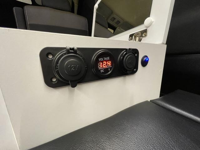 キャンピングカー トランポ 新品架装 車中泊 8ナンバー キャンパー ベッドキット サブバッテリー 走行充電器 USB/DC電源 バンコン 事務室 移動販売車(15枚目)