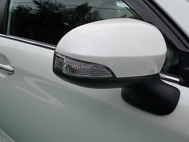 視認性の良いターンランプ付きドアミラー。周りからどっちに曲がるか判りやすくなって安全性が向上しますね。