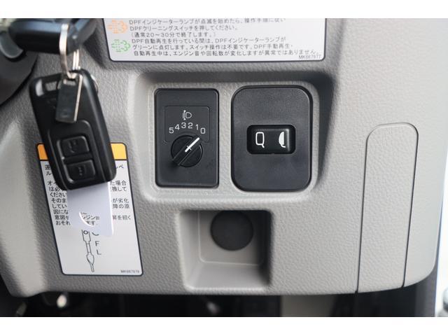 Wキャブ全低床 リアヒーター/衝突軽減ブレーキ/車両安定制御装置/左電格ミラー/Rダブルタイヤ/アドブル使用車/純正デッキ/AUX/ワンオーナー(13枚目)