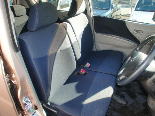 運転席と助手席の間にはアームレストを装備したベンチタイプシート。