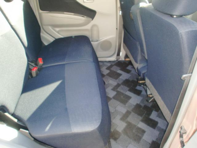 後部シートは左右独立のセパレートタイプシート。足元は余裕のスペース!