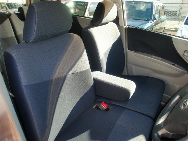 長距離ドライブの時などにはあると便利なセンターアームレスト。