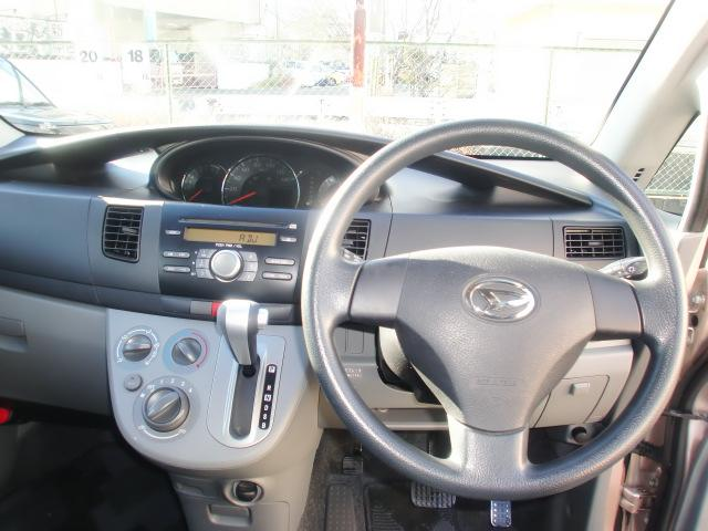 運転席前の視認性の向上を目的にメーター類はセンターに配置。