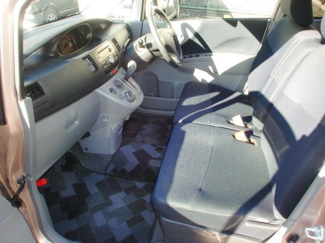 インパネオートマシフトになり足元は広々!運転席と助手席はウォークスルー出来るのが便利。