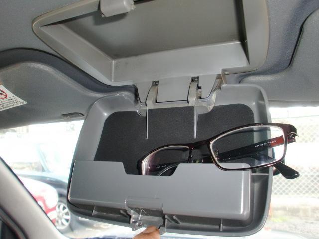 ルームミラー装着部分にある開閉式の収納ケース。メガネホルダーみたいだけどアイデア次第では便利な収納スペースです!