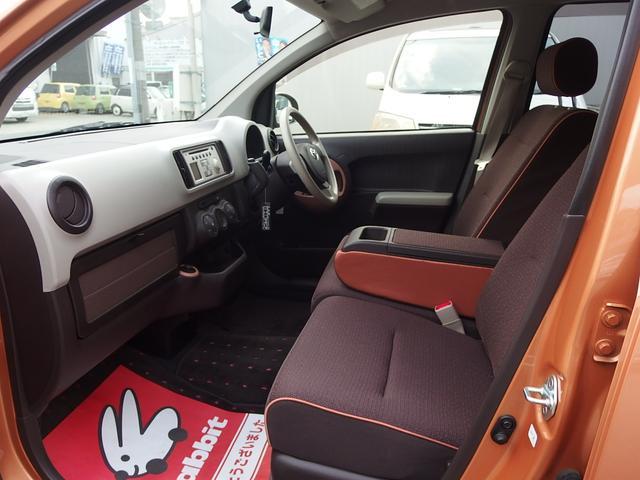フロントシートは格納可能なア―ムレスト付、広々使える人気のベンチシートです。