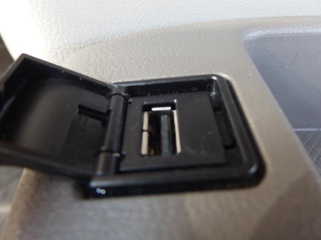 USBコネクタ―はビルトインタイプ センターコンソールに配置されているのでケーブルが邪魔になりません。