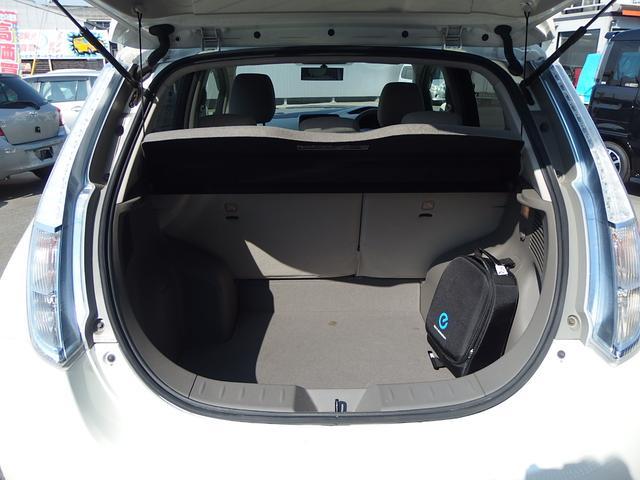 充電ケーブルはトランク内専用バックに収納されています。