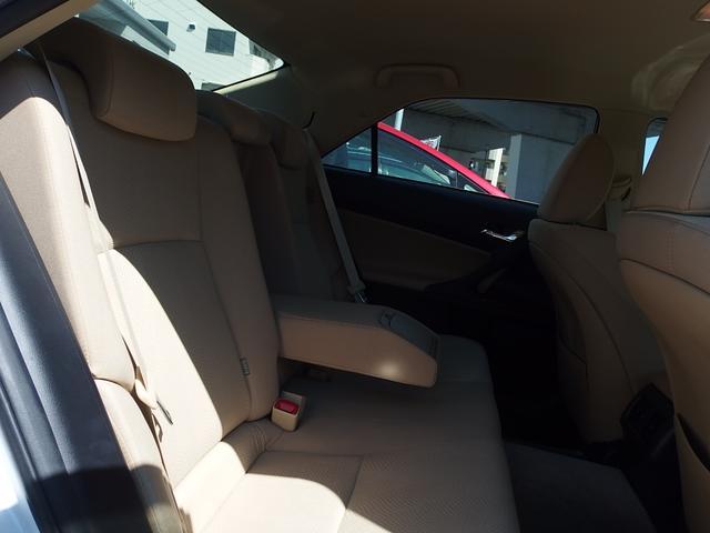 アームレスト付き後席シート 落ち着いた色調のインテリアデザイン