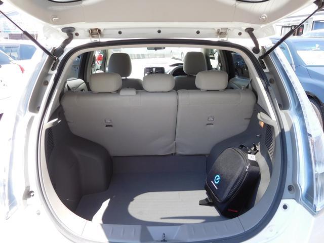 充電ケーブルは専用バック内に収納されています。リヤシートは2:1の分割格納が可能です。