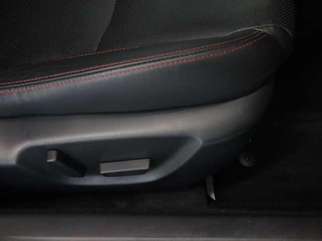 運転席パワーシートは、シート前後スライド、リクライニング、シート上下がスイッチ操作で簡単に調整可能です。細かな調整が可能なので、より自身の運転体勢にあったドライビングポジションで運転して頂けます!