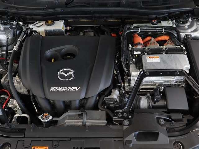 ガソリンエンジンとモーターのハイブリッドエンジンを搭載!
