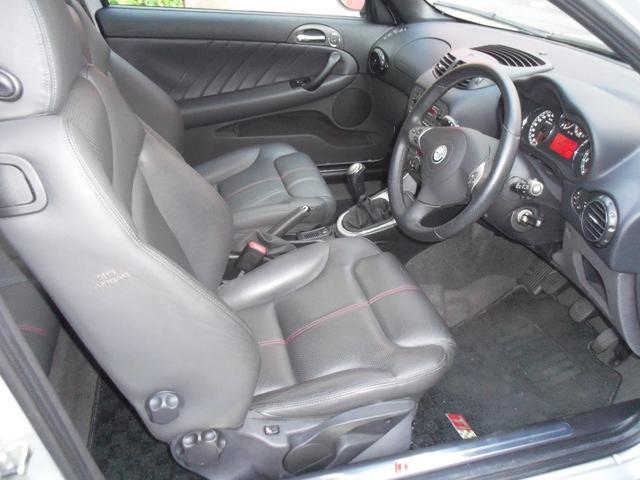 赤のステッチが入ったスポーツレザーシートはホールド性も良く、体に負担の少ない長時間ドライブが楽しめます。