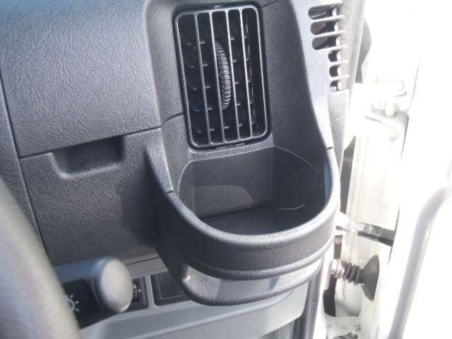 エアコン吹き出し口に設置されたドリンクホルダー