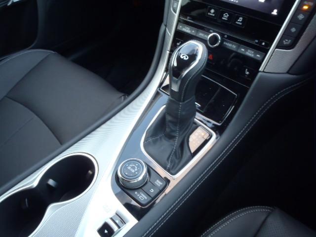 5つのドライブモードでお好みの走りを実現します。カスタマイズ機能を新搭載したドライブモードセレクター。エンジンやトランスミッション、ステアリング、アクティブレーンコントロールなどを統括制御出来ます。