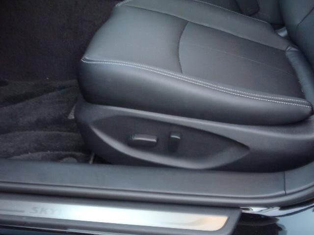 パワーシートで細かいシートポジションの調整が可能です。エアコンよりも先に暖かくなる前席シートヒーター(オート機能付)も嬉しい装備ですね!シートの座り心地もスポーティ且つ、快適なシートです!!