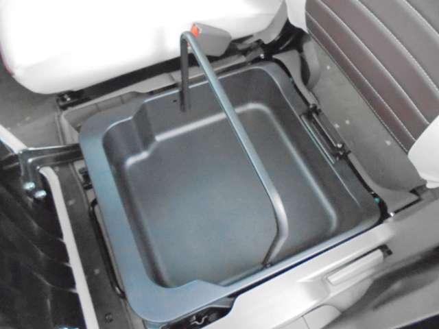 助手席シート下には、いろいろなものを収納して頂ける小物入れもございます!!