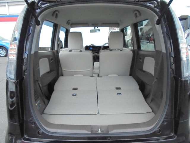 リヤシートを畳み込めば、高さ&奥行きのある、広大なラゲッジルームに変身!!