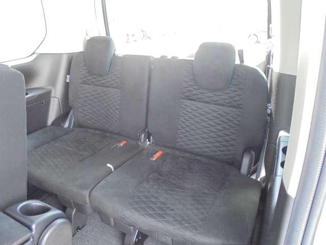乗り込んでしまえば、セカンドシートにも引けをとらない快適性のサードシート!シートバックテーブルもご利用いただけます!!