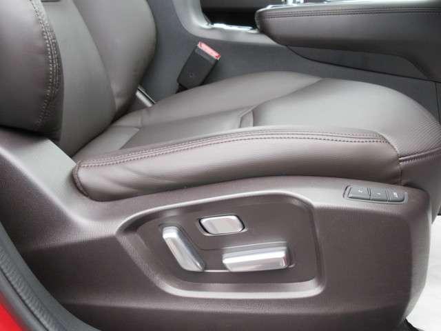 転席パワーシートはシート前後スライド、リクライニング、シート高がスイッチ操作ひとつで簡単に調節できます。細かな調節が可能なので、より自身の運転体勢にあったシートポジションが選べます