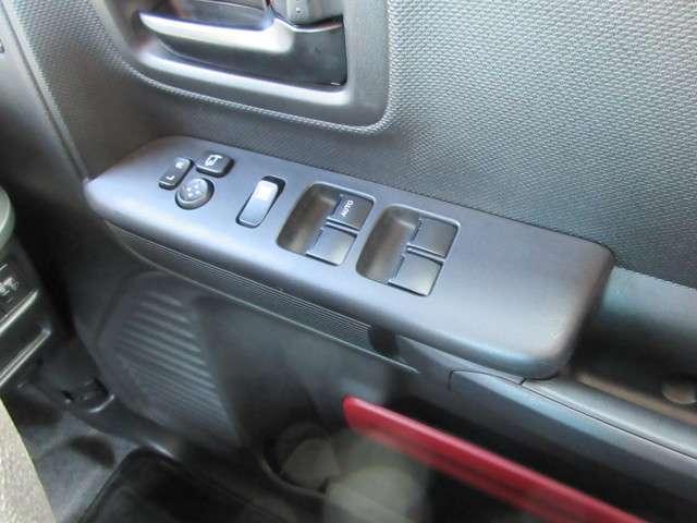 運転席側ドアの内側に全席集中のパワーウインドースイッチと電動格納ドアミラースイッチがございます☆
