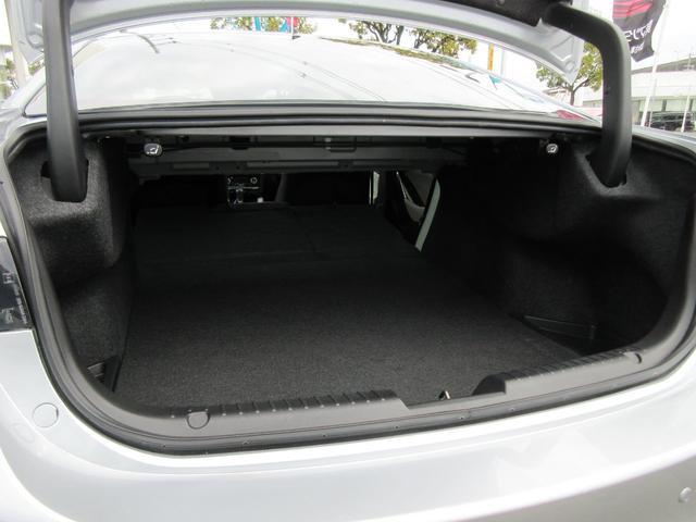 荷室に奥行きが必要なときは、このようにリヤシートを倒してお使い頂けます。フラットな奥行きが広がり、とても便利です!