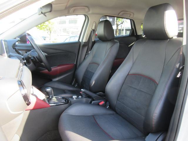 運転席は前後・リクライニングだけでなく、シート全体を上下で調整できるラチェット式運転席シートリフターを採用。ステアリングもチルトできお好みのドライビングポジションに!