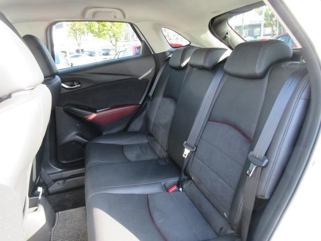 前席が最適な運転ポジションを取るために足元が広くとっており、後部座席の足元もゆったりと座ることができます。長時間でもストレス軽減になるよう、かかとを引くことができるように設計されています!