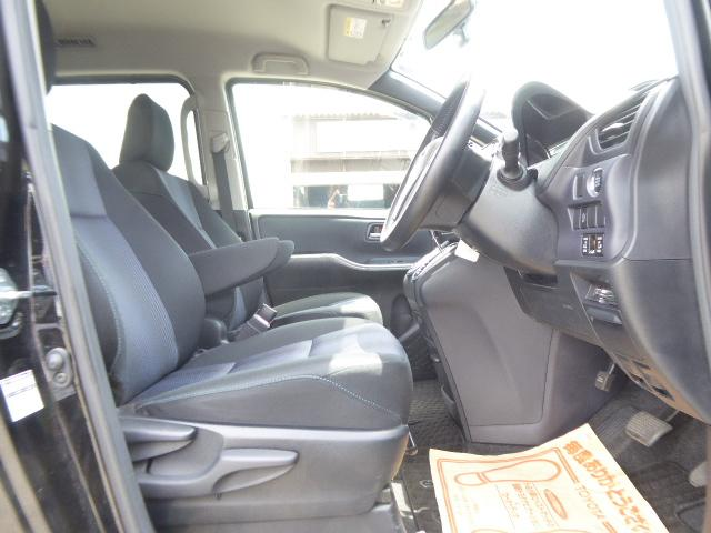 運転席は前後だけでなく上下にもシート調整可能です!!