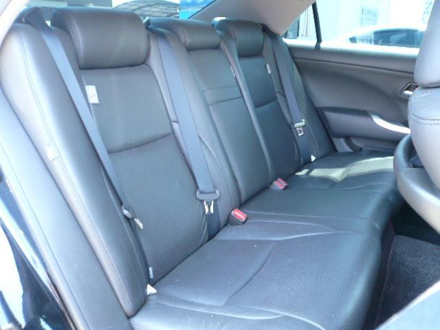 シート座面にはパンチング加工がされているので通気性もグーです!