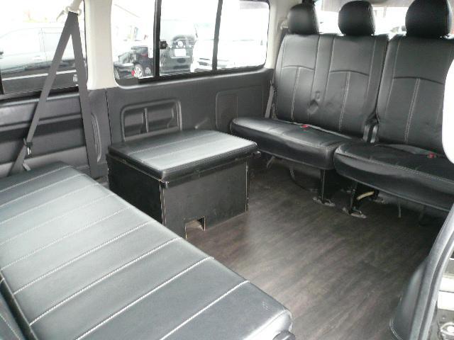 このような広い車内が出来ました!またリアの暖房の機能が損なわれないように1人掛け席の足元に通気口が設けられています!