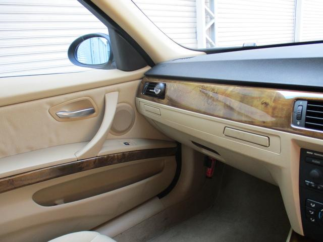320i 社外ナビゲーションETCウッドパネルHIDキセノンライト プッシュスターターポタン純正キーレス新車整備手帳 保証書 正規ディーラー車(16枚目)
