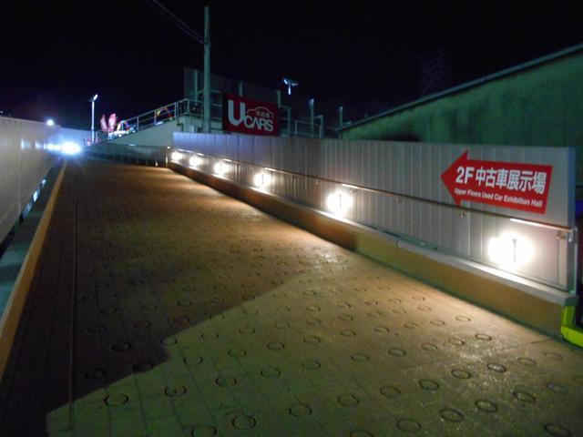 夜は7時までオープンしておりスロープを上がると2階展示場はLED電灯がお車を明るく照らしてくれてます。