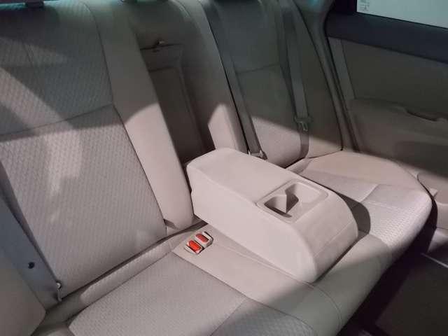 後席にはくつろげるアームレストがあります。