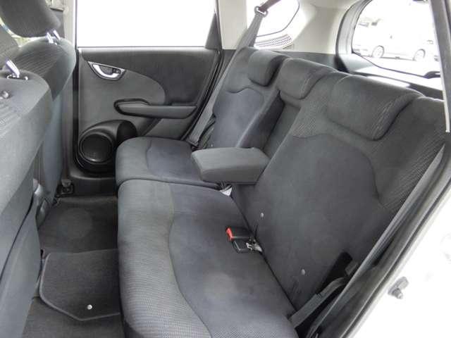 2列目シートも快適に座っていただけますので、後部座席にお乗りの方も楽しくドライブに参加していただけますよ。もちろんチャイルドシートの取り付けにも対応します。