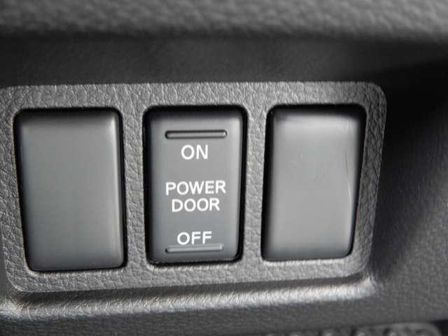 車道側(右)は手動のスライドドアになります。電動側のスライドドアは挟み込み防止機能も装備しておりますので安心です。