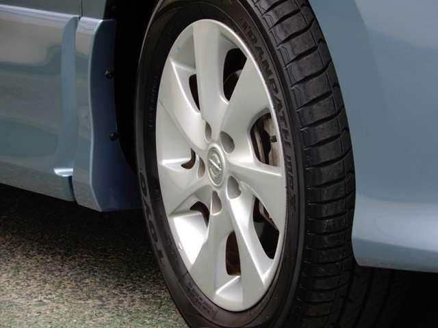 アルミホイール付いてます。車の軽量化に繋がることは勿論、見た目の印象が全然違いますよね。