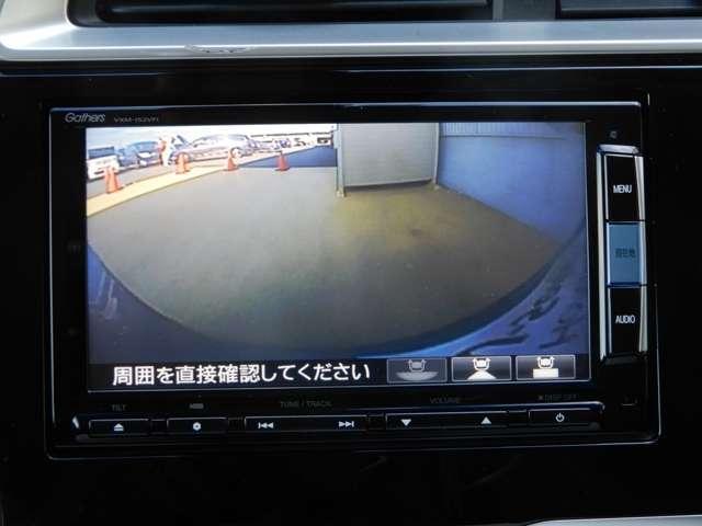 リアカメラ装備で後退時も安心です。リバース連動で画面が切り替わるのでとっても便利です。今や後方確認の必須アイテムですよね。