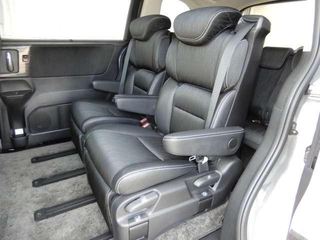 2列目シートはオットマン付きの特等席です。後部座席にお乗りの方もゆったり快適にドライブに参加していただけますよ。もちろんチャイルドシートの取り付けにも対応します。