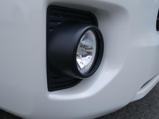 【社外品】暗闇でも前方をくっきりと照らしてくれるLEDライトです。夜の運転でも安心ですね。LEDライトのメリットとして、「長寿命」「省電力」「最大光量までの点灯速度が早い」という3つの点があります。