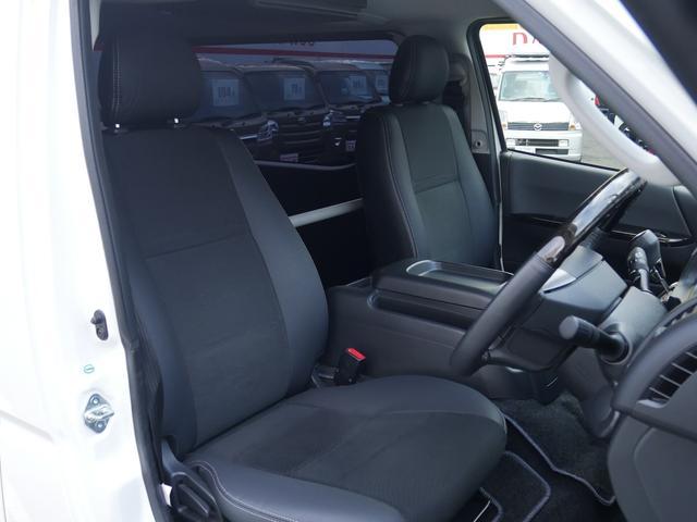 特別仕様車ダークプライムはシート・内張りにレザー調表皮を採用・シート表皮:トリコット+合成皮革&ダブルステッチ・フロントドアトリム(合成皮革)になっており高級感満載!