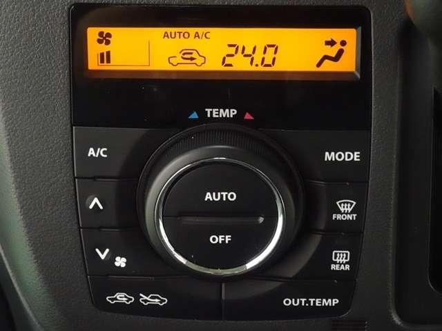 大きなダイヤルで操作しやすいエアコンパネル。フルオートエアコンで、温度設定だけで快適です