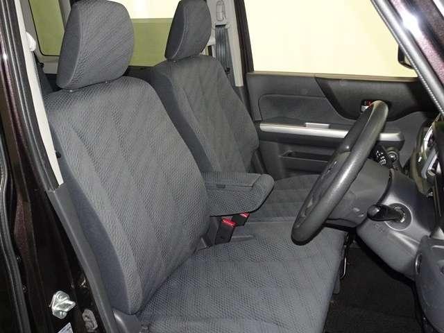 運転席は、前後・リクライニングだけでなく、シート全体を上下で調整出来るラチェット式運転席シートリフターを採用。ハンドルもチルトアップ、ダウン出来ます。お好みのドライビングポジションで運転して頂けます!