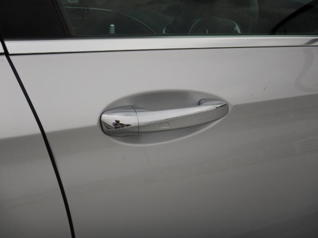 ドアノブに触れるだけでロックの開閉が可能なキーレスゴー搭載!