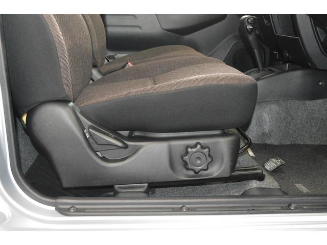 シートの座面の高さを調節でき、体格に合わせた最適なポジションを設定できます。