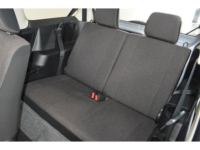 男性の大人2人十分座れます。座り心地もよく、後席もちゃんと使える様にはなっております