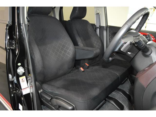 大きなベンチシートで足元もヒロビロ■大型シートで座り心地は快適♪中央には肘掛が付いてゆったりドライブ♪